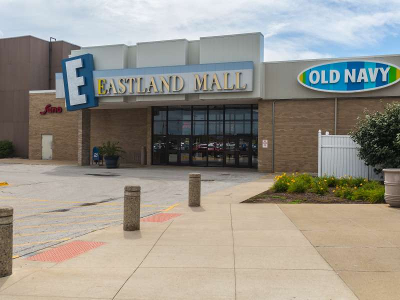 Olive Garden in Bloomington, IL, is located just east of Veterans Parkway at E. Empire St., and is convenient to hotels, shopping, movie theaters, national landmarks or historic sites, hospitals, convention centers, colleges or universities, and major obmenvisitami.tke: Italian.