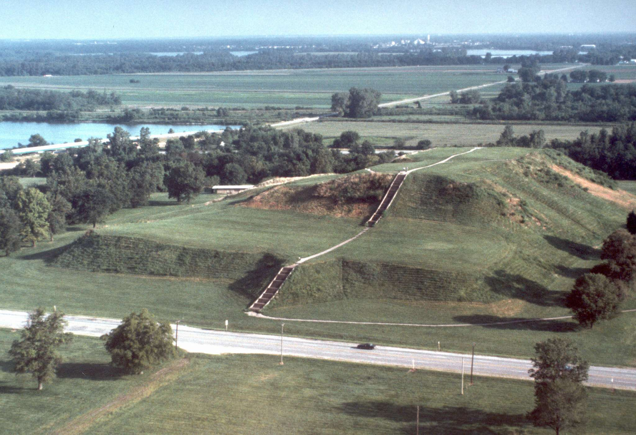 the history of the mound builders of cahokia in ancient america One of the greatest cities of the world, cahokia was larger than london was in ad 1250 the mississippians who lived here were accomplished builders who erected a wide variety of structures from practical homes for everyday living to monumental public works that have maintained their grandeur for centuries.