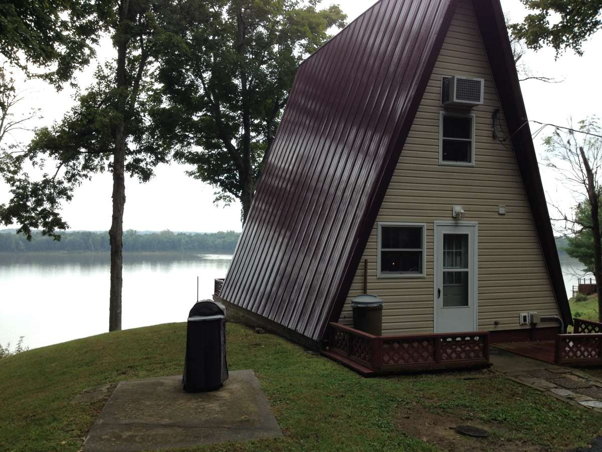 A frame vacation rental along the Ohio River